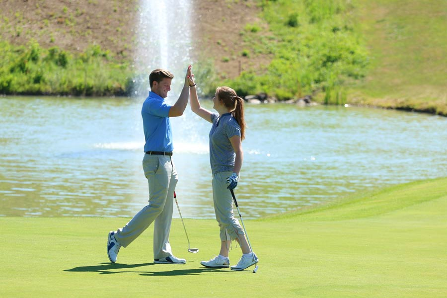 Golflehrer mit Schülerin